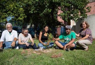 Gremistas mobilizam comunidade escolar para o plantio de árvores
