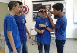 Robótica: estudantes desenvolvem óculos que facilitam a vida de pessoas com deficiência visual