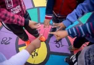 Com jogos no pátio, a matemática é ensinada de forma mais leve e lúdica