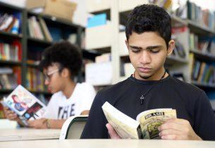 """Escola da Capital recebe doação de livros e celebra: """"ler nos leva a viver melhor"""""""