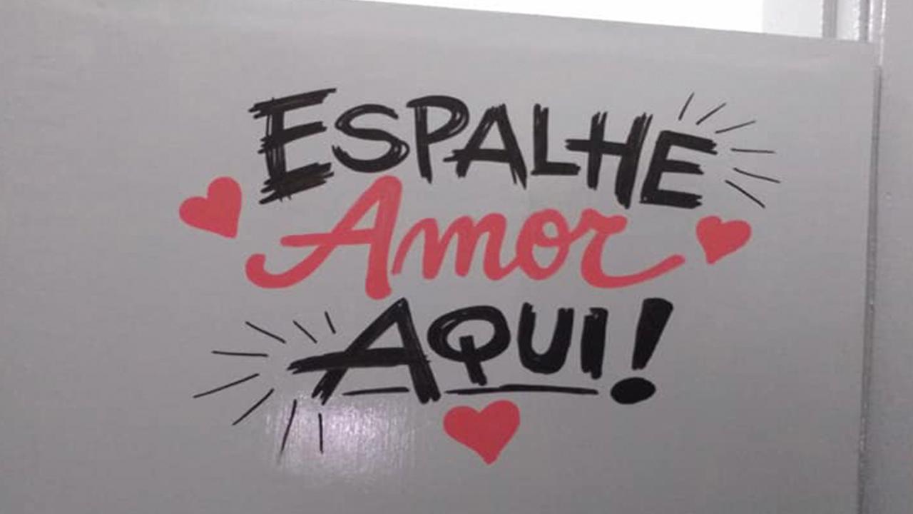Em Franca Grafiteiro Transforma Mensagens Tristes Em Frases De