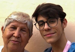 Neto e avó acompanham juntos às aulas dos professores da rede em Araraquara