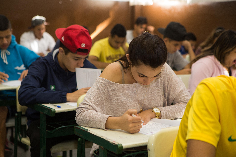 """""""Estou preparada para o Saresp porque revisamos os conteúdos, trabalhamos muito nossa redação e tiramos todas as dúvidas de Matemática com os professores"""", contou Isabela Barros"""