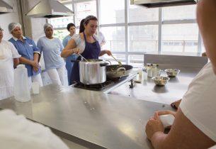 Cozinheiras da Educação compartilham experiência de treinamento com chef Rueda