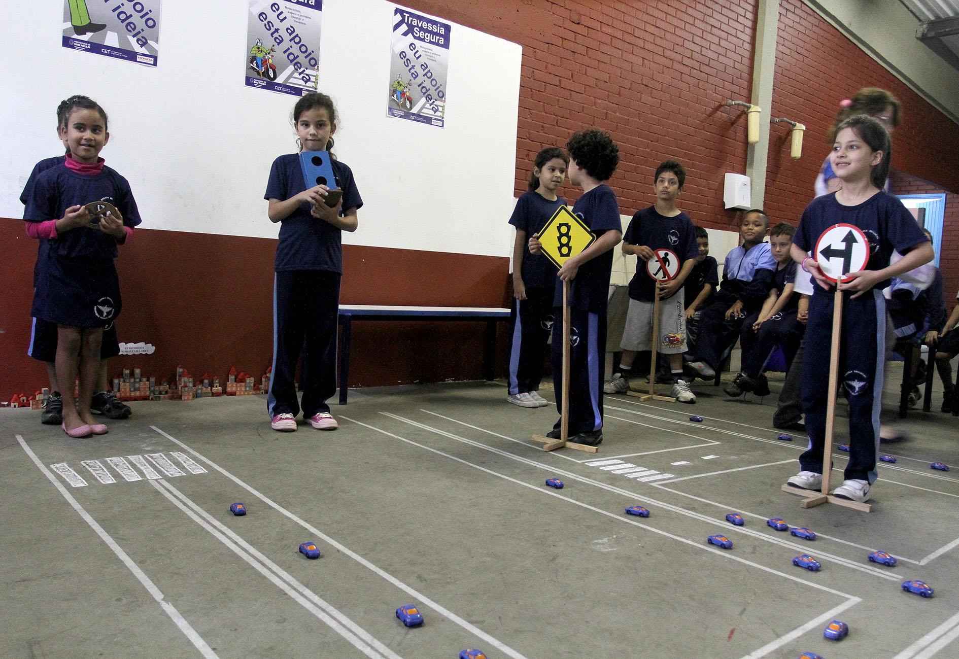 Na semana de trânsito E.E. Henrique Dumont Villares ensina regras para os futuros motoristas